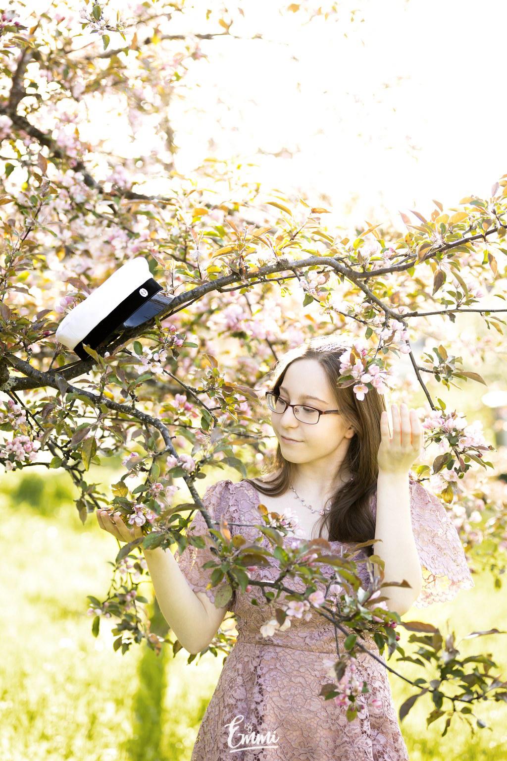 Ylioppilaskuvaus omenapuutarhassa