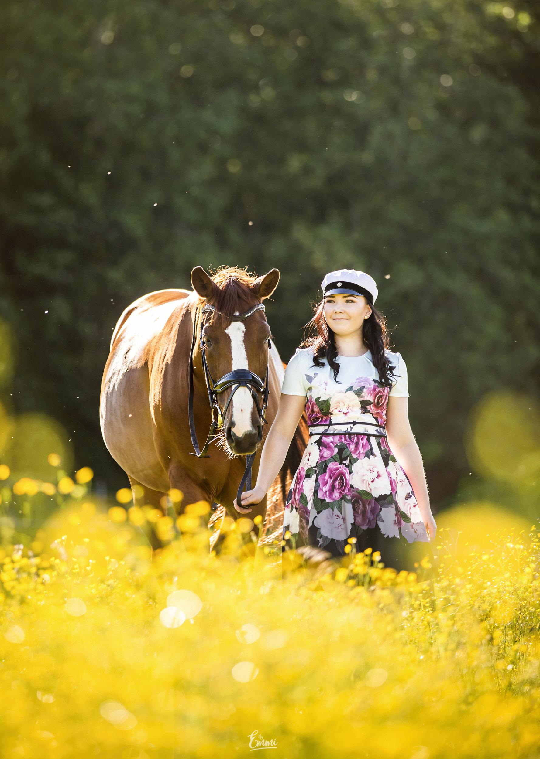 Ylioppilas hevosen kanssa